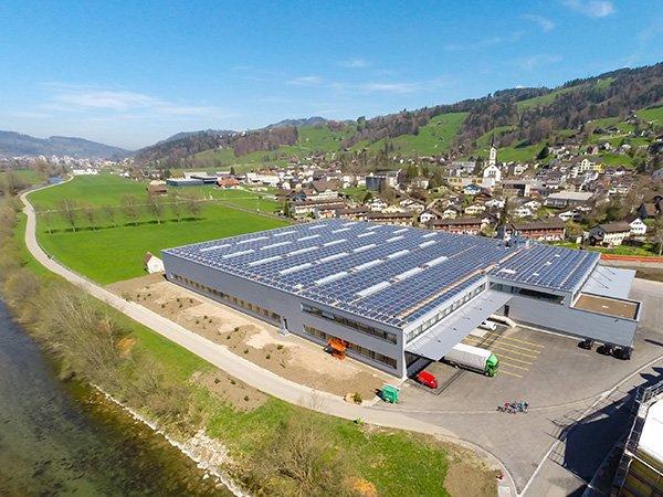 Industrieflachdach mit grosser Photovoltaik Anlage