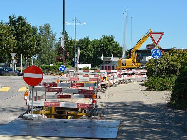 Baustelle auf einer Hauptstrasse mit Kreisel