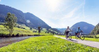 Zwei Frauen fahren Fahrrad