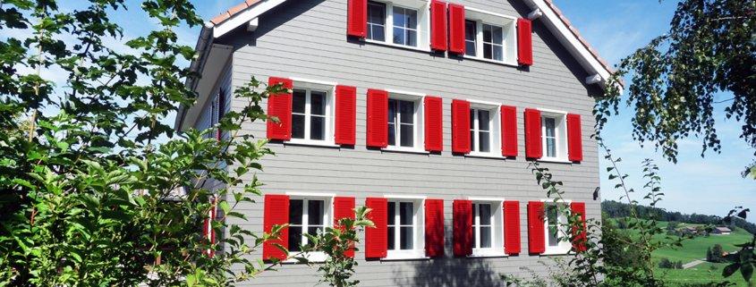 Einfamilienhaus mit roten Fensterläden