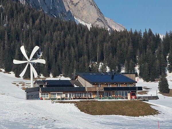 Berggasthaus mit Windrad