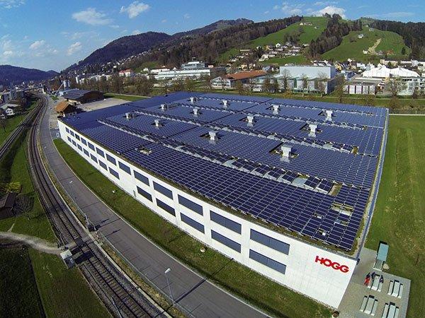 Grosse Photovoltaik Anlage auf einem Industrieflachdach