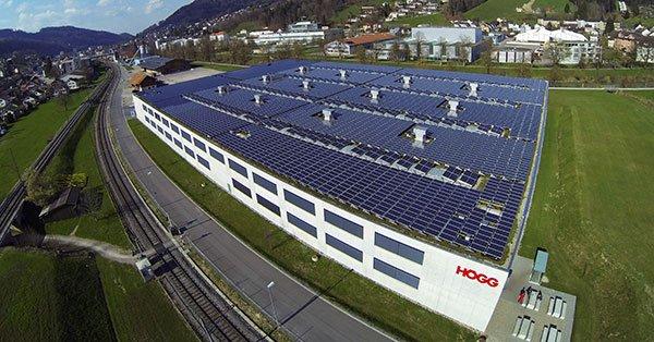 PV-Anlage auf einem grossen Industrieflachdach