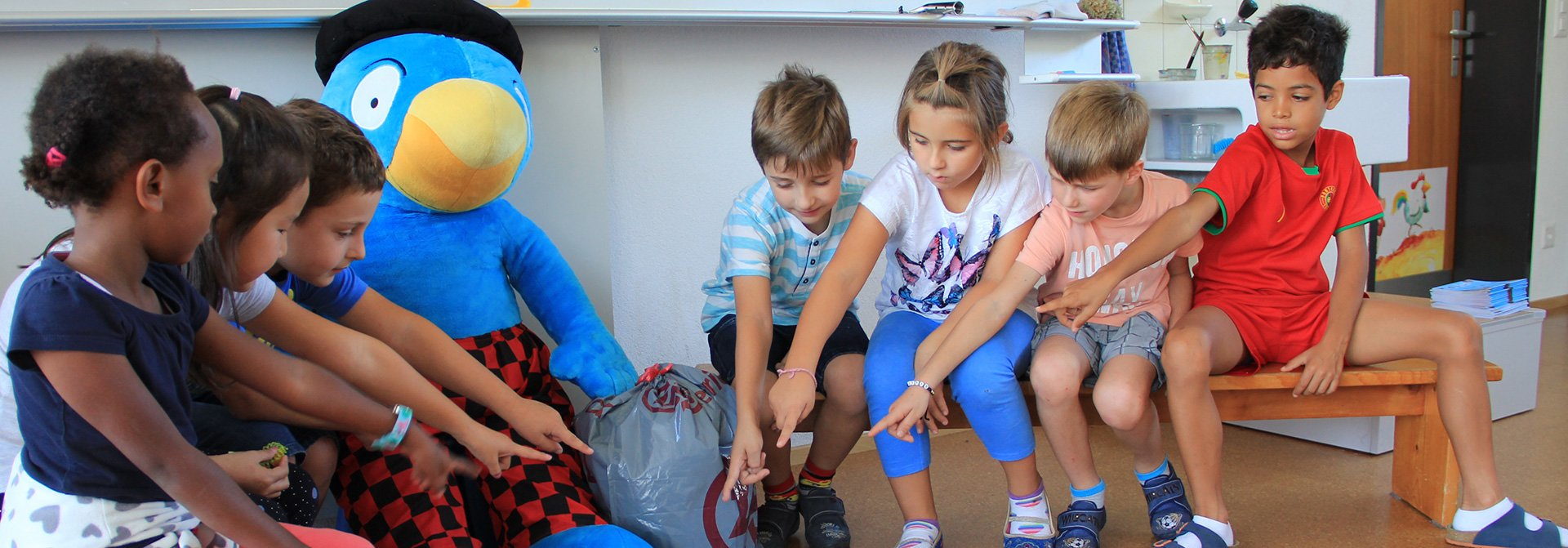 Kinder zeigen Globi den Abfall
