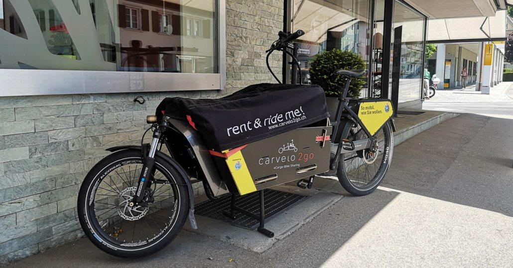 Cargo-Bike vor einem Schaufenster