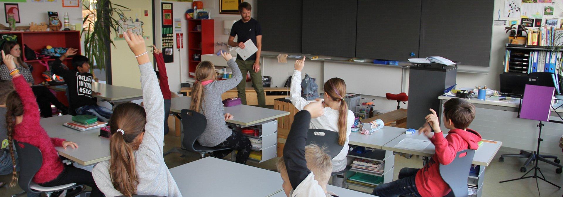 Kinder beantworten Frage im Unterricht