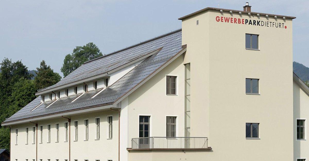 Modernisiertes Fabrikgebäude mit PV-Anlage
