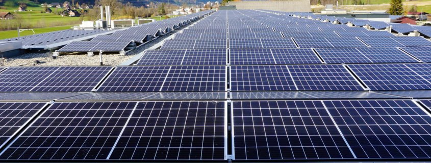 Grosse Photovoltaikanlage auf Industriedach
