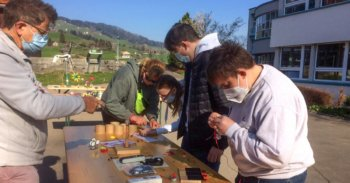 Jugendliche experimentieren mit Solarzellen