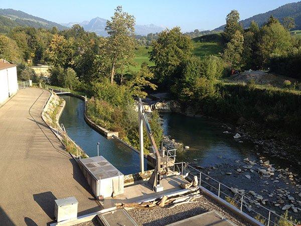 Rechen von Wasserkraftwerk mit Fluss