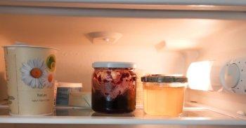 Joghurt und Konfitüre im Kühlschrank