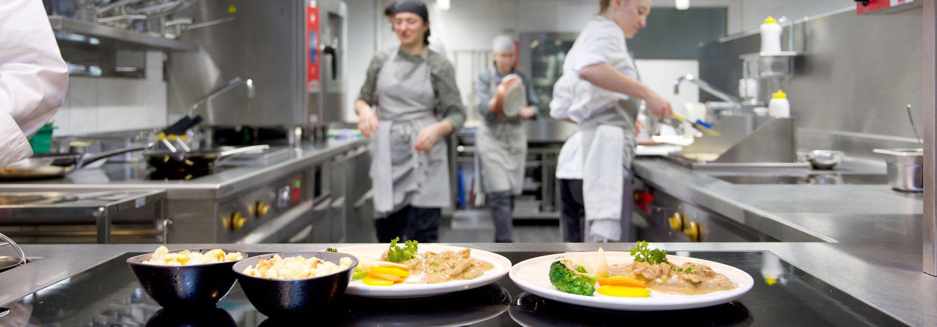 Berg spiegelt in einem kleinen Bergsee