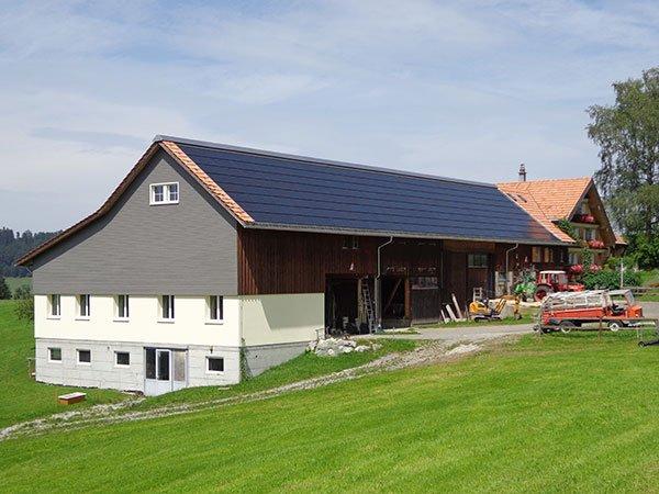 Scheune mit grossflächiger PV-Anlage