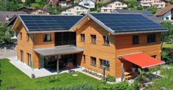 Zwei Einfamilienhäuser mit Solaranlage