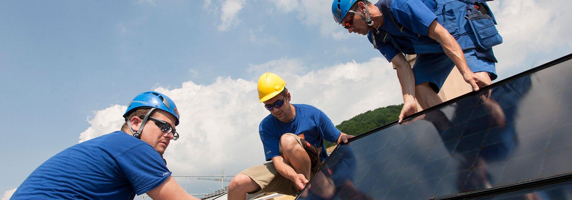 Solarinstallateure installieren eine PV-Anlage