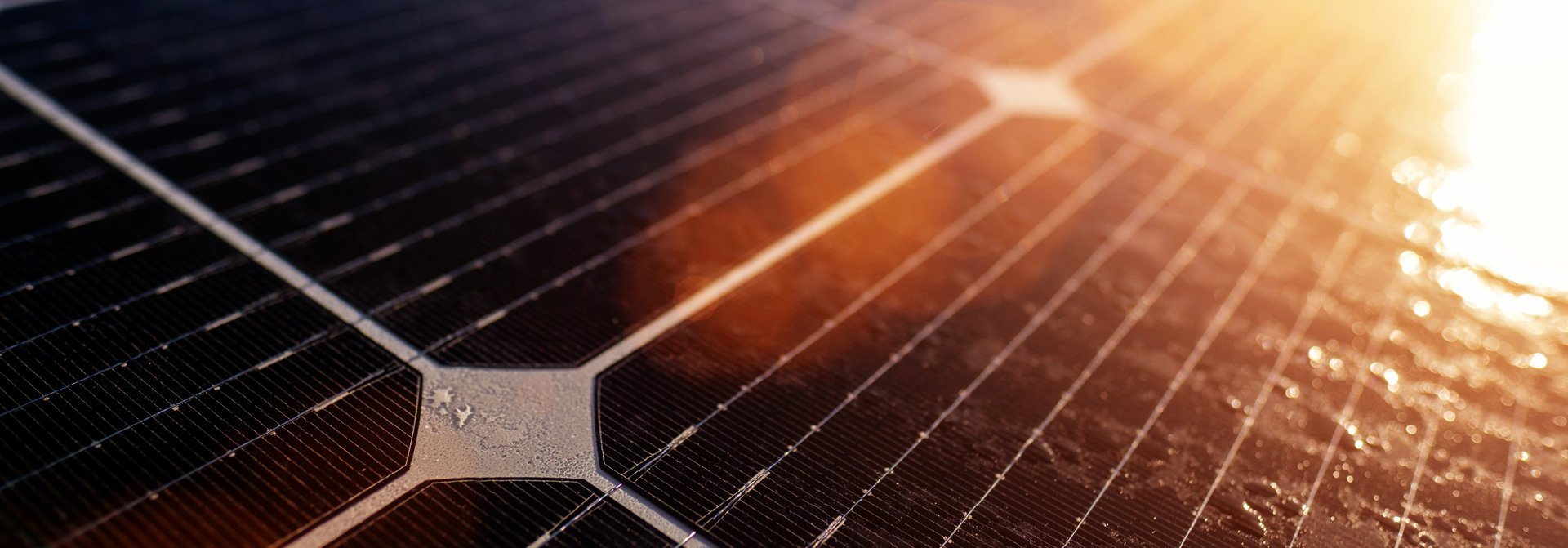Solarzelle wird von Sonne bestrahlt
