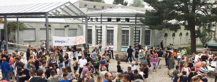 Schüler und Eltern auf einem grossen Vorplatz