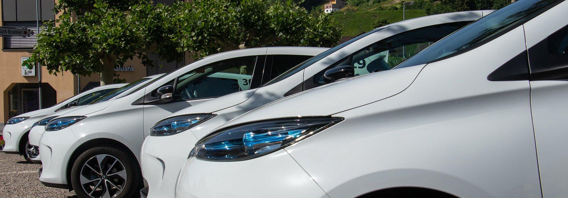 Fünf weisse Autos in Reihe