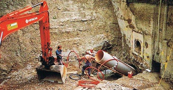 Baustelle mit Bauarbeitern und Bagger
