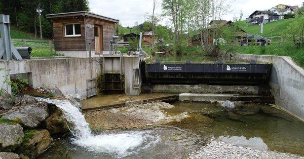 Kleines Wasserkraftwerk mit Schläuse