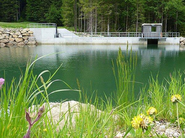 Stausee von kleinem Wasserkraftwerk
