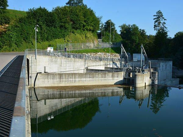Wasserkraftwerk mit Beton Mauern und Wasser