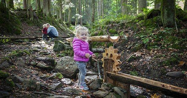 Mädchen im Wald mit Wasserspiel